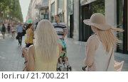 Купить «Женщины ходят по улицам после покупок в Париже, Франция», видеоролик № 21700221, снято 23 июля 2015 г. (c) Denis Mishchenko / Фотобанк Лори