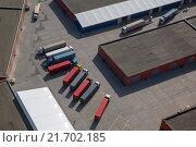 Купить «Вид сверху на большегрузные автомобили, которые стоят под разгрузку на грузовом терминале», фото № 21702185, снято 12 сентября 2012 г. (c) Николай Винокуров / Фотобанк Лори