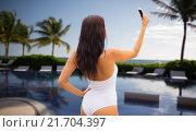 Купить «young woman taking selfie with smartphone on beach», фото № 21704397, снято 6 августа 2015 г. (c) Syda Productions / Фотобанк Лори