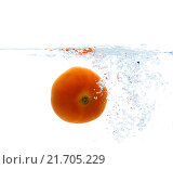 Купить «tomato falling or dipping in water with splash», фото № 21705229, снято 15 декабря 2015 г. (c) Syda Productions / Фотобанк Лори