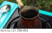 Купить «Кофе варится в турке на природе», видеоролик № 21708453, снято 4 февраля 2016 г. (c) Video Kot / Фотобанк Лори