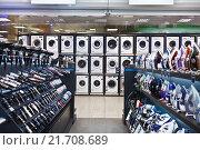 Купить «Утюги, электроприборы и стиральные машины в магазине бытовой техники», фото № 21708689, снято 2 февраля 2016 г. (c) Victoria Demidova / Фотобанк Лори