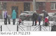 Купить «Дети на детской площадке зимой в снегопад», эксклюзивный видеоролик № 21712213, снято 5 февраля 2016 г. (c) Alexei Tavix / Фотобанк Лори