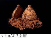 Шоколадные трюфели на чёрном фоне. Стоковое фото, фотограф Татьяна Зарубо / Фотобанк Лори