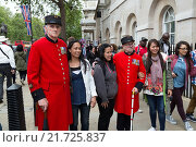 London, Great Britain, Chelsea Pensioners in Whitehall at holiday photos with tourists (2012 год). Редакционное фото, агентство Caro Photoagency / Фотобанк Лори