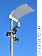Камеры видеонаблюдения и современный светильник на фонарном столбе. Стоковое фото, фотограф Сергей Трофименко / Фотобанк Лори