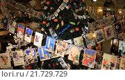 Купить «Москва, ГУМ. Гирлянда из старых новогодних поздравительных открыток», видеоролик № 21729729, снято 24 декабря 2015 г. (c) Яна Королёва / Фотобанк Лори