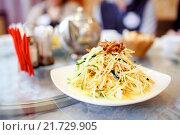 Купить «Китайское блюдо, салат из овощей с соусом в ресторане», фото № 21729905, снято 7 февраля 2016 г. (c) Евгений Майнагашев / Фотобанк Лори
