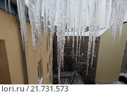 Berlin, Germany, icicles hanging on roof of a house. Стоковое фото, агентство Caro Photoagency / Фотобанк Лори