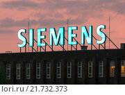 Купить «Berlin, Germany, Siemens Illuminated advertising on a Firmengebaeude», фото № 21732373, снято 2 июня 2015 г. (c) Caro Photoagency / Фотобанк Лори