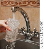 Купить «Стеклянный бокал в руке под струей холодной воды из кухонного крана», эксклюзивное фото № 21733061, снято 7 февраля 2016 г. (c) Игорь Низов / Фотобанк Лори