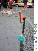 Купить «Berlin, Germany, street bollards decorated with rope - way in the Sunday street», фото № 21740005, снято 10 августа 2013 г. (c) Caro Photoagency / Фотобанк Лори