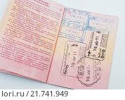 Купить «Раскрытая страница с печатими заграничного паспорта гражданина России», эксклюзивное фото № 21741949, снято 8 февраля 2016 г. (c) Игорь Низов / Фотобанк Лори