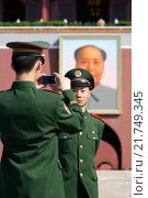 Купить «Soldiers taking souvenir pictures in front of the Mao Zedong's portrait, Beijing, China», фото № 21749345, снято 7 апреля 2007 г. (c) Caro Photoagency / Фотобанк Лори