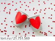 Бумажные стаканчики с сердцами. Стоковое фото, фотограф Евгения Воробьева / Фотобанк Лори