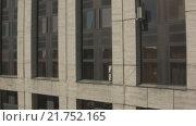 """Купить «""""Лифт"""" вверх вдоль фасада офисного здания на проспекте Сахарова с выходом на панораму Москвы. RAW», видеоролик № 21752165, снято 26 мая 2019 г. (c) kinocopter / Фотобанк Лори"""