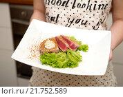 Стейк из тунца на тарелке. Стоковое фото, фотограф Екатерина Тимонова / Фотобанк Лори