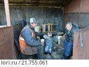Купить «Нищие на окраине Москвы», фото № 21755061, снято 8 апреля 2014 г. (c) Free Wind / Фотобанк Лори