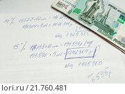 Купить «Предварительно рассчитанный кредит от руки на бумаге и деньги», эксклюзивное фото № 21760481, снято 8 февраля 2016 г. (c) Игорь Низов / Фотобанк Лори