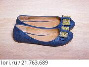 Купить «Балетки, синие туфли с золотыми бантиками», фото № 21763689, снято 11 февраля 2016 г. (c) Emelinna / Фотобанк Лори