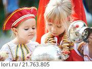 Купить «Две девочки в русских национальных костюмах с самоваром», фото № 21763805, снято 20 августа 2013 г. (c) Сергей Рыжов / Фотобанк Лори