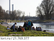 Munich, Germany, young people sitting on the banks of the Isar (2010 год). Редакционное фото, агентство Caro Photoagency / Фотобанк Лори