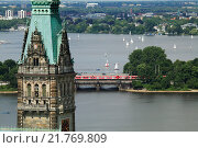 The city hall tower and two artificial lakes Binnenalster and Aussenalster, Hamburg, Germany (2008 год). Редакционное фото, агентство Caro Photoagency / Фотобанк Лори