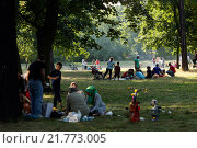 Berlin, Germany, Turkish family barbecue in the park at the Silesian Busch (2009 год). Редакционное фото, агентство Caro Photoagency / Фотобанк Лори