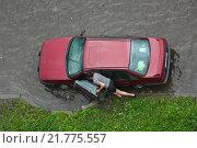 Купить «Мужчина толкает свой легковой автомобиль по затопленной улице. Вид сверху», фото № 21775557, снято 19 августа 2012 г. (c) Сергей Цепек / Фотобанк Лори