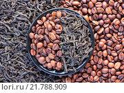 Купить «Кофе в зернах и листья черного чая в круглом блюдце», фото № 21788909, снято 11 февраля 2016 г. (c) Андрей С / Фотобанк Лори