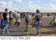 Berlin, Germany, people on the Tempelhof Field (2015 год). Редакционное фото, агентство Caro Photoagency / Фотобанк Лори