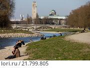 Munich, Germany, people sunbathe on the Isar (2010 год). Редакционное фото, агентство Caro Photoagency / Фотобанк Лори
