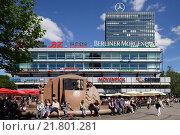 Berlin, Germany, people sit at the fountain on Breitscheidplatz before the Europa Center (2010 год). Редакционное фото, агентство Caro Photoagency / Фотобанк Лори