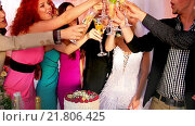 Group people at wedding table. Стоковое видео, видеограф Gennadiy Poznyakov / Фотобанк Лори