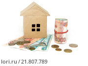 Купить «Бумажный домик, ключ и деньги на светлом фоне», фото № 21807789, снято 11 февраля 2016 г. (c) Наталья Осипова / Фотобанк Лори