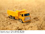 Игрушка самосвал в песочнице. Стоковое фото, фотограф Тамара Наянова / Фотобанк Лори