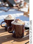 Купить «Две чашки горячего шоколада с взбитыми сливками», фото № 21811845, снято 26 января 2016 г. (c) Юлия Кузнецова / Фотобанк Лори