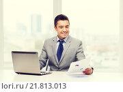 Купить «smiling businessman with laptop and papers», фото № 21813013, снято 29 января 2015 г. (c) Syda Productions / Фотобанк Лори