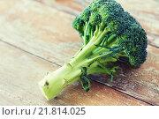 Купить «close up of broccoli on wooden table», фото № 21814025, снято 11 марта 2015 г. (c) Syda Productions / Фотобанк Лори