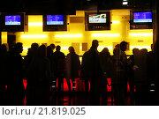 Купить «Berlin, moviegoers in the cash room of a movie theater», фото № 21819025, снято 8 апреля 2005 г. (c) Caro Photoagency / Фотобанк Лори