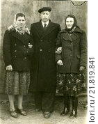 Купить «Брат и две сестры», эксклюзивное фото № 21819841, снято 26 февраля 2020 г. (c) Михаил Ворожцов / Фотобанк Лори