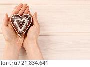 Купить «Woman holding gingerbread heart, copy space», фото № 21834641, снято 23 января 2020 г. (c) BE&W Photo / Фотобанк Лори
