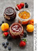 Купить «Strawberry, blueberry and peach jams in glass jars. Party dessert», фото № 21835025, снято 21 июля 2018 г. (c) BE&W Photo / Фотобанк Лори