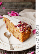 Купить «Carrot vegan cake with coconut icing and dried wild rose petals (rosa rugosa)», фото № 21835245, снято 22 января 2020 г. (c) BE&W Photo / Фотобанк Лори