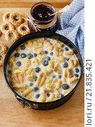 Купить «Blueberry and blackberry cheesecake with ladyfinger biscuit», фото № 21835421, снято 21 января 2020 г. (c) BE&W Photo / Фотобанк Лори