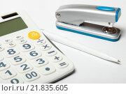 Купить «Калькулятор, ручка и степлер», эксклюзивное фото № 21835605, снято 15 февраля 2016 г. (c) Яна Королёва / Фотобанк Лори