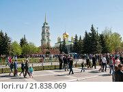 Купить «Город Тула, День победы, Толпы людей гуляют возле Тульского кремля», эксклюзивное фото № 21838069, снято 9 мая 2015 г. (c) Игорь Низов / Фотобанк Лори