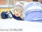 Купить «Мальчик играет в снегу», фото № 21852505, снято 17 февраля 2016 г. (c) Евгений Майнагашев / Фотобанк Лори