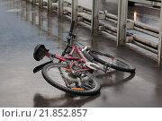 Купить «Лежащий на проезжей части дороги велосипед после аварии», фото № 21852857, снято 30 мая 2015 г. (c) Evgenia Shevardina / Фотобанк Лори