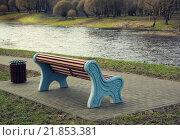 Скамейка на берегу реки в городском парке. Стоковое фото, фотограф Александр Рыбин / Фотобанк Лори
